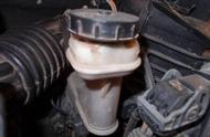 刹车油没异常也要换!2年换一次,劣质油危害大