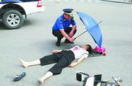 暖心!女子车祸受伤,城管为其撑伞