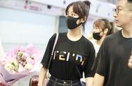 杨紫穿黑色T恤搭配宽松牛仔裤显瘦又个性,人气爆棚粉丝一路拍照