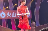 唐嫣穿红旗袍参加春晚,玲珑娇俏少女感十足,也太甜了吧!