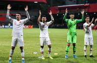 世预赛国足客场5:0战胜马尔代夫,赛后国足全体球员谢场