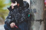 王源易烊千玺同穿蓝色牛仔外套,一个青春阳光,一个潮流时尚