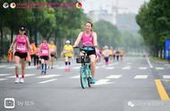 美女骑共享单车,违规参加马拉松,希望早日自首