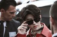 蔡徐坤红色皮衣造型亮相米兰时装周,尽显代言人风采