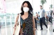 周迅碎花裙现身机场,44岁还被赞少女?少女感真的被女明星玩坏了