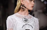 """2020春夏时装周 BURBERRY烙上英伦文化标志的""""严谨""""与""""疯狂"""""""