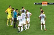 中超焦点战再现争议判罚:马宁瞬间被6名富力球员团团围住