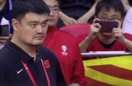 操碎了心!姚明坐板凳席心系中国男篮,暂停期间亲自指导周琦