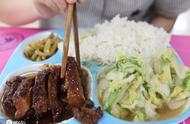 杭州一高校食堂卖5元餐,有荤有素学生打饭,大肚汉也能吃饱