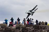 钻山谷变成撞山!美军战斗机惨烈坠毁 游客遭殃