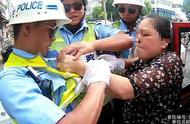 """女子交警队门口辱骂撕拽警察,还大喊:""""警察打人啦!"""""""