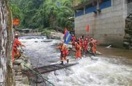 不顾天气预警,33名游客冒险进山被洪水围困!消防搭建60米绳索救人