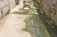 宝安一巷道污水横流居民出行受阻