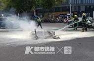 中午武林广场一辆电动车自燃,22岁外卖小哥蹲在路边哭