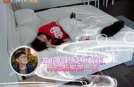 郭碧婷赖床不起,有谁看到她被子上的东西?网友:有向佐还不满足