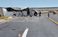 痛心!美国一载有中国旅游团巴士翻车 至少4人死亡