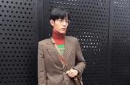 肖战红绿撞色毛衣亮相时装周 复古风造型温暖帅气