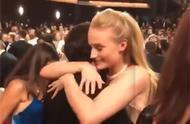 珊莎和雪诺重逢!两人艾美奖现场深情拥抱