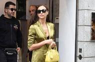 超模伊琳娜·沙伊克身穿绿色套装,在米兰时装周出席品牌活动