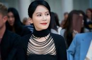 谁说美人迟暮?48岁俞飞鸿穿黑色镂空连衣裙,气质优雅,真不服老