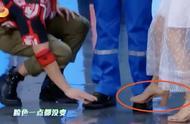 杜江下蹲擦鞋,谢娜弯腰大笑,网友:细节见人品