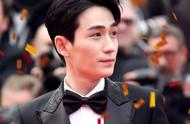 朱一龙首次亮相戛纳,心情激动衣品却很沉稳,优雅又绅士