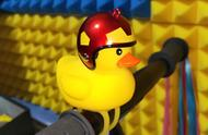 """汽车上""""拉风""""的小黄鸭:不仅危险还涉嫌违法"""