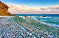 堆满碎玻璃的垃圾场,被大自然打磨成网红沙滩!