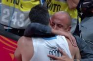 红着眼的吉诺比利紧紧抱着斯科拉,阿根廷篮球完成伟大交接