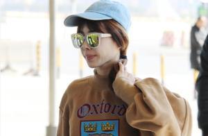 蔡依林少女风装扮现身机场却被指扮嫩,更被网友拿来与昆凌比衣品