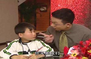 父亲看不惯孩子用左手写字,抱起来就是一顿打,原来这父亲有秘密