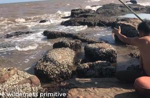 农村小哥在海边钓螃蟹,还真能钓上来而且还不小,这也太牛了吧