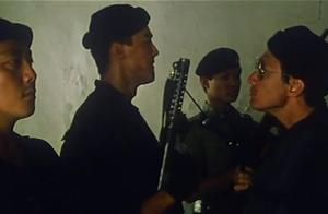 壮汉因队长死而失控,不顾人质安全开枪,最终被迫离队