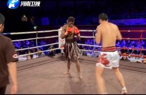 黑人小伙在擂台上跳舞嘲讽,不料被中国勇士逆转暴打!