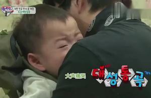 宋民国打针大声痛哭,爸爸很心疼他,一直不停在安慰着他