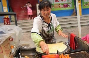 女子街头卖煎饼,生意十分火爆,她的做法让人看到很羡慕