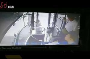 大爷火急火燎地拍打公交车门,原是在车上丢了烟,这烟价值可不菲