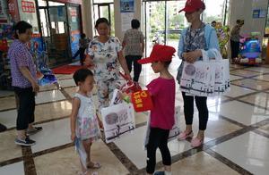 """金桂社区志愿者携手""""小帮客"""" 助力文明创建"""
