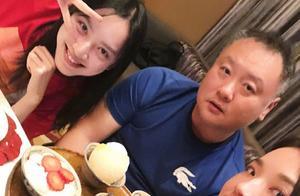 舒淇晒新电影主创聚餐照,鹿晗去了却不露脸,被扒出同款窗帘背景