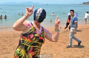 又来了!青岛脸基尼大妈海边游泳战高温