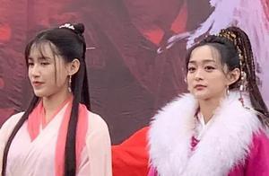 新版《天龙八部》何泓姗苏青造型抢镜,一旁的文咏珊清新脱俗