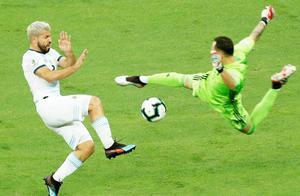 梅西遭恶意侵犯!阿根廷全队都怒了,9人瞬间冲过来保护球王