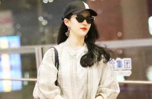 刘亦菲周末终于现身,夹克长裤配波浪卷发抢足镜头,33岁美得出众