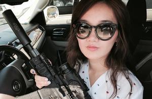 我在美国当女猎人,收藏70支枪,坐直升机猎杀野猪,手撕响尾蛇