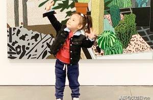 被陈冠希女儿新照迷住了,2岁比爸爸还时髦,牛仔马尾穿搭太圈粉