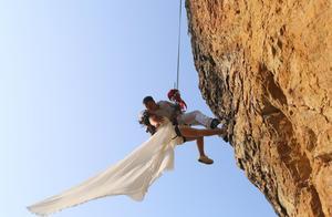 """史上最""""大胆""""婚纱照,20米悬崖挂半空4个小时,""""心疼"""""""