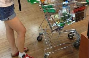 汤唯朴素出街逛商场买辣条,她脚踝的绷带让我心疼