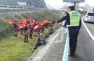 贵州大妈高速旁跳广场舞,交警都方了 来论广场舞的正确打开方式