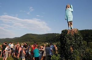 美第一夫人雕像在家乡揭幕 雕像的脸为啥让老乡大跌眼镜?