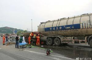四川广元一小型货车追尾罐式货车 事故致2死1伤